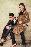 Jeunes couples de mode se reposant sur de vieilles ruines d'usine Images libres de droits