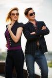 Jeunes couples de mode sur la rue de ville Image stock
