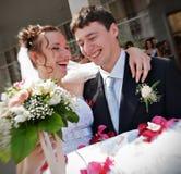 Jeunes couples de nouveaux mariés Photo libre de droits