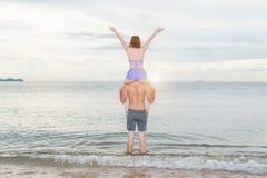 Jeunes couples de portrait ayant la femme d'amusement s'asseyant sur l'épaule Photographie stock libre de droits