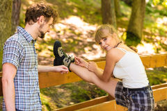 Jeunes couples de randonneur en nature préparant pour augmenter Photographie stock libre de droits