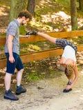 Jeunes couples de randonneur en nature préparant pour augmenter Image stock