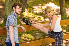 Jeunes couples de randonneur en nature préparant pour augmenter Images stock