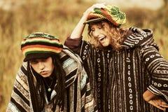 Jeunes couples de rasta de mode marchant sur la nature Photos stock