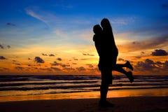 Jeunes couples de silhouette dans l'amour Image stock