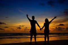 Jeunes couples de silhouette dans l'amour Photos libres de droits