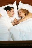 Jeunes couples de sommeil Photos libres de droits