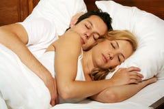 Jeunes couples de sommeil Images stock