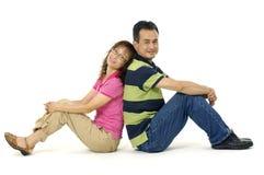 Jeunes couples de sourire image stock