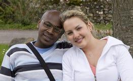 Jeunes couples de sourire Images stock