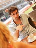Jeunes couples de sourire appréciant en café Photographie stock libre de droits