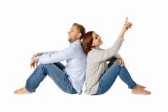 Jeunes couples de sourire attrayants pensant à l'avenir ou au passé ensemble d'isolement sur le blanc et l'espace de copie photographie stock libre de droits