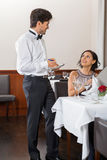 Jeunes couples de sourire au restaurant photo stock