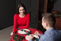 Jeunes couples de sourire au restaurant de luxe Image stock