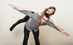 Jeunes couples de sourire ayant l'amusement Photo stock