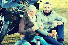 Jeunes couples de sourire ayant le pique-nique avec du café Images libres de droits