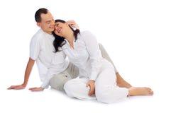 Jeunes couples de sourire d'isolement photographie stock