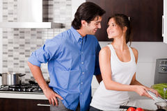 Jeunes couples de sourire dans l'amour Images libres de droits