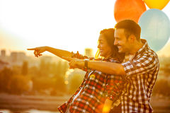Jeunes couples de sourire dans l'amour avec des ballons s'aimant  Image libre de droits