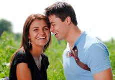Jeunes couples de sourire heureux à l'extérieur Images libres de droits