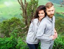 Jeunes couples de sourire heureux dans l'amour, belles étreintes de couples dedans image libre de droits