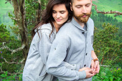 Jeunes couples de sourire heureux dans l'amour, belles étreintes de couples dedans images libres de droits