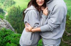 Jeunes couples de sourire heureux dans l'amour, belles étreintes de couples dedans photos stock