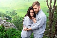 Jeunes couples de sourire heureux dans l'amour, belles étreintes de couples dedans photos libres de droits