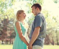 Jeunes couples de sourire heureux dans l'amour ensemble au ressort ensoleillé Photographie stock
