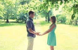 Jeunes couples de sourire heureux dans l'amour, mains de prises, relations, date, épousant - concept, couleurs douces de vintage Photos stock