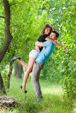 Jeunes couples de sourire heureux dans le jardin Image stock