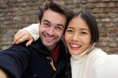 Jeunes couples de sourire heureux prenant le selfie Photographie stock libre de droits