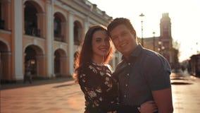 Jeunes couples de sourire heureux sur la rue de ville clips vidéos