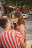 Jeunes couples de sourire mignons dans l'amour riant, étreindre, se reposant dehors à la rue verte de ville, regardant l'un l'aut Photos stock