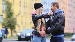 Jeunes couples de sourire montrant des clés de nouvelle maison banque de vidéos