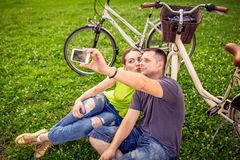 Jeunes couples de sourire prenant le selfie image stock