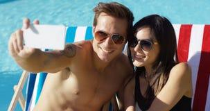 Jeunes couples de sourire prenant un selfie de vacances Photo stock