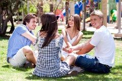 Jeunes couples de sourire se reposant ensemble Images stock