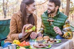 Jeunes couples de sourire sur le pique-nique images stock