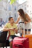 Jeunes couples de sourire utilisant le système de navigation de téléphone Photo libre de droits