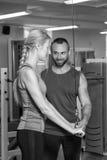 Jeunes couples de sport dans le gymnase Photographie stock libre de droits