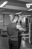 Jeunes couples de sport dans le gymnase Images libres de droits