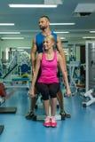 Jeunes couples de sport dans le gymnase Photo libre de droits