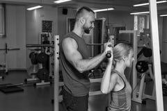 Jeunes couples de sport dans le gymnase Photos stock