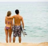 Jeunes couples de surfers sur la plage Images libres de droits