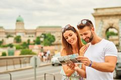 Jeunes couples de touristes photo stock