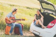 Jeunes couples de touristes appréciant des vacances Image libre de droits