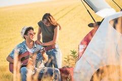 Jeunes couples de touristes appréciant des vacances Photographie stock