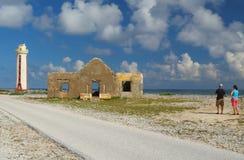 Jeunes couples de touristes au phare - Bonaire Images libres de droits