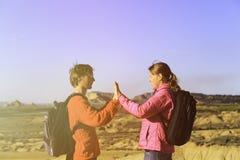 Jeunes couples de touristes heureux augmentant en montagnes Photographie stock libre de droits